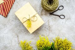 Stenar den internationella kvinnadagen för begreppet med blommor bakgrund till Royaltyfri Fotografi