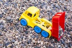 Stenar den plast- bilen för leksaken bakgrund inget royaltyfria bilder