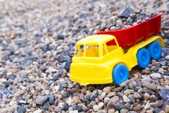 Stenar den plast- bilen för leksaken bakgrund inget fotografering för bildbyråer