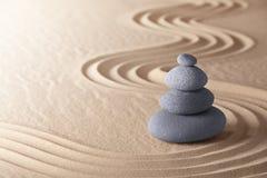 Stenar för jämvikt för Zenmeditationträdgård Arkivfoto