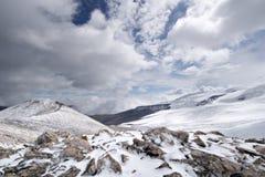 stenar för snow för liggandeberg steniga Arkivbilder