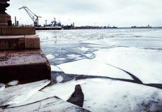 Stenar för vinter för is för vatten för Kronstadt invallninghamn sänder himmel utomhus Royaltyfri Foto