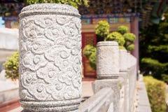 Stenar formade som smyckar väggarna av gåvägen i en kinesisk tempel Royaltyfri Foto