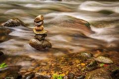 Stenar för Savegre flodwhit i zenposition Costa Rica Arkivfoto