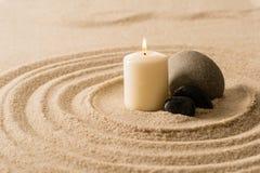 Stenar för zen för Spaatmosfärstearinljus i sand Arkivbild