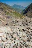 Stenar i bergen caucasus Montering Kazbek Arkivfoton