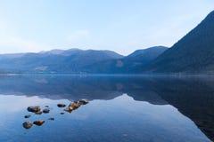 Stenar i en sjö Arkivbilder