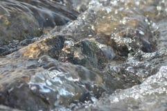 Stenar i floden snabbt flödande vatten Uppfriskande bergflodström Strömmen av crystal vatten Arkivbild