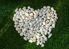 Stenar i form av hjärta, på gräsbakgrund Royaltyfri Fotografi