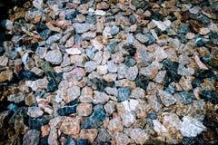 Stenar i kristallklart genomskinligt vatten för bakgrund Royaltyfri Fotografi