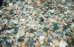 Stenar i kristallklart genomskinligt vatten för bakgrund Arkivfoto