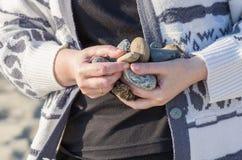 Stenar i kvinnahänder Royaltyfria Bilder