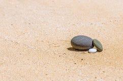 stenar i sanden på stranden Arkivbilder