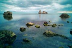 Stenar i seashoren på natten Royaltyfri Bild