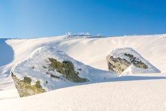 Stenar i snön Arkivfoto