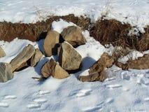 Stenar i snow Arkivbilder