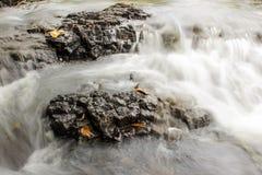 Stenar i vattenfall Arkivfoton