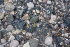 Stenar kiselstenen i vatten abstrakt bakgrundsnatur Arkivfoton