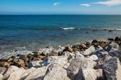 Stenar längs den ojämna kusten nära Malibu, CA Arkivfoto