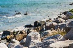 Stenar längs det ojämna kustStilla havet Royaltyfri Bild