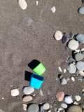 Stenar leksaker på sanden Royaltyfri Bild