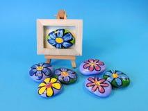 Stenar med målade blommor Royaltyfria Bilder