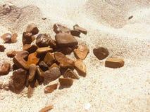 Stenar n en strand Arkivfoton