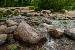 Stenar och bergflod Arkivfoton
