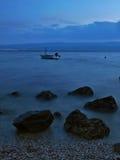 Stenar och fartyg på det dimmiga havet Fotografering för Bildbyråer