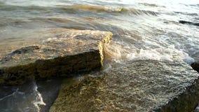 Stenar och havet vinkar arkivfilmer