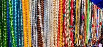 Stenar och pärlhalsband med olika färger arkivfoto