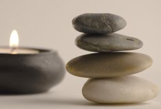 Stenar och stearinljus Arkivfoto