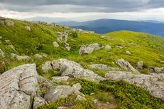 Stenar och stenblock i höjdberg Arkivfoto