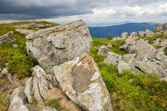 Stenar och stenblock i höjdberg Arkivfoton