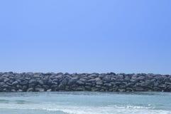 Stenar och vatten för blå himmel ovannämnda arkivbilder