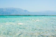 Stenar på banken av det döda havet Arkivbild