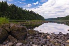 Stenar på flodbanken royaltyfri bild