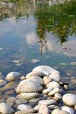 Stenar på floden Arkivfoto
