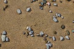 Stenar på sanden arkivbild