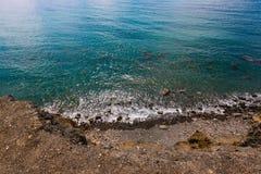 Stenar på stranden Strand Vattnet är smaragdgräsplan Tidvattenvatten Arkivbild