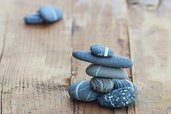Stenar på träbakgrundsjämviktsbegrepp Arkivbild