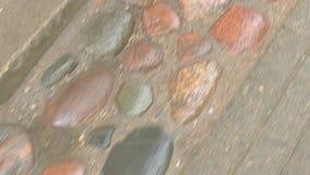 Stenar på vägen stock video