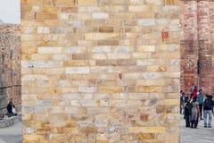 Stenar på väggen av Qutub Minar står högt, den minar mest högväxta tegelstenen Arkivbild