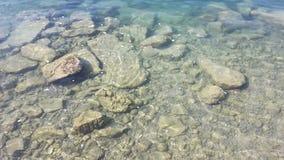 Stenar på vatten Arkivfoton