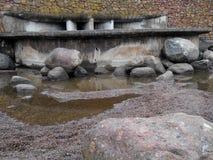 Stenar på vattenfallet Arkivbilder