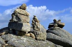 Stenar som överst balanserar av Foia det högsta berget av Algarve Arkivbild