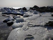 Stenar som täckas med is, i havet royaltyfri fotografi