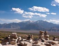 Stenar staplar i montainsna och den Indus River dalen, Ladakh, Indien Arkivfoto