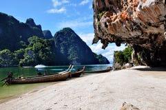 Stenar, stränder och fartyg, var havet möter, Phuket, Thailand Arkivbilder