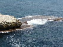 Stenar vaggar och klippor på havet i Rosh Hanikra Israel Fotografering för Bildbyråer